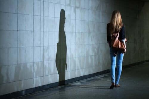 Kvinde går alene i gyde