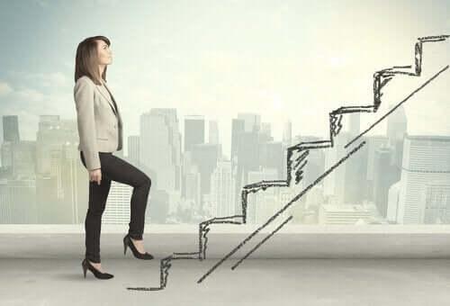 Kvinde går op af tegnet trappe