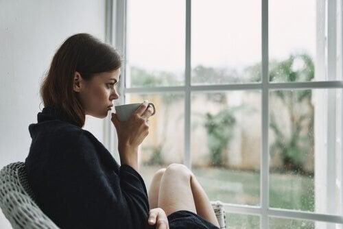 Kvinde slapper af med en kop kaffe