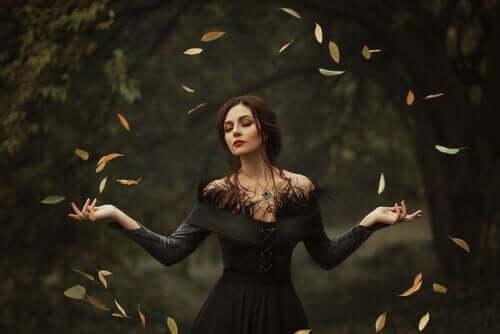 Kvinde med blade fylvende omkring sig