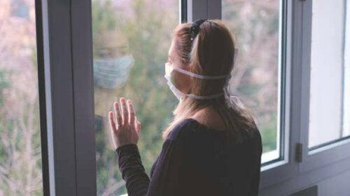 Kvinde ser verden gennem en maske