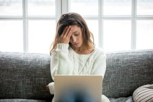 Kvinde med mental udmattelse sidder med computer