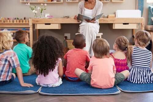 Lærer læser for børn