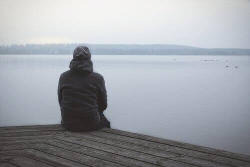 Mand, der kigger ud over sø