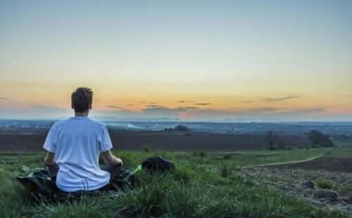 Mand, der mediterer udenfor