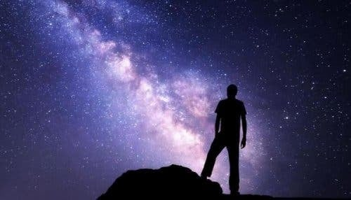 Mand, der søger Dharma ved nattehimmel