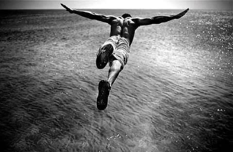 Mand, der springer ud i havet