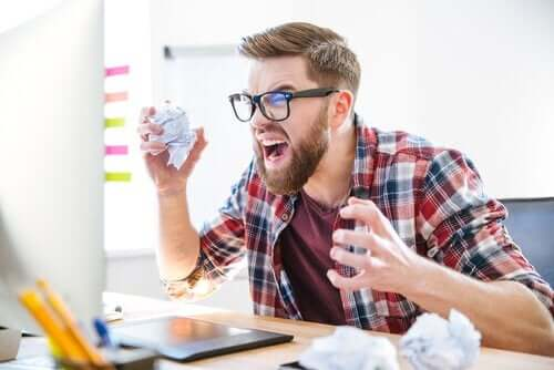 Frustreret mand ved computer