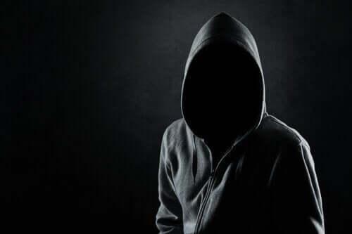 Person i sort hættetrøje, hvor ansigtet er skjult