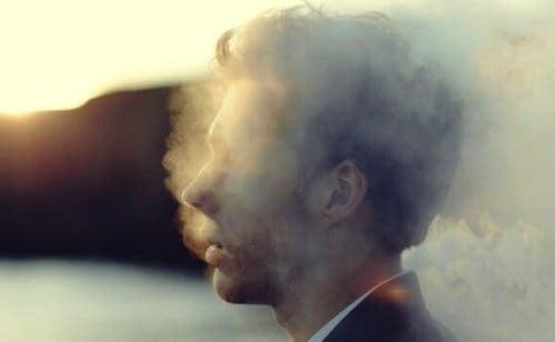Mand omgivet af røg
