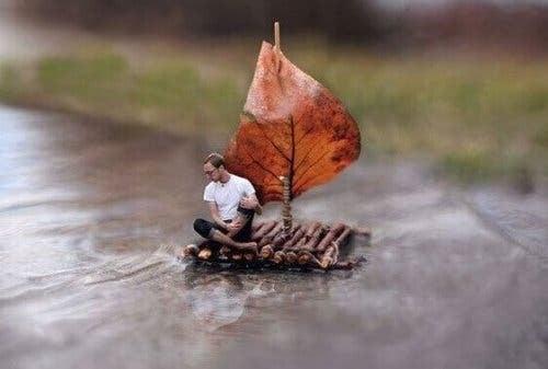 Mand på en lille tømmerflåde