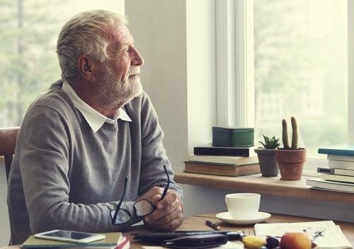 Ældre mand besidder følelsesmæssig intelligens under lockdown