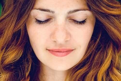 Kvinde med lukkede øjne anvender forskellige typer meditation