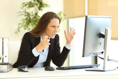 Kvinde ved computer er utålmodig og frustreret