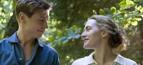 Mand og kvinde kigger på hinanden