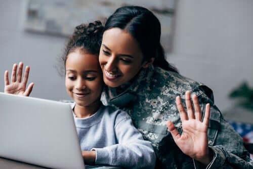 Mor og datter ved computer udfører positive handlinger under lockdown