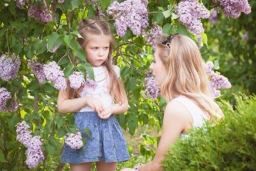 Mor, der taler med sin datter udenfor