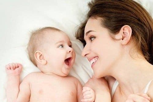 Nogle betragter synkroniserede udtryk som bevis for, at der findes tidlig kommunikation hos spædbørn
