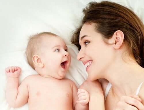 Mor og baby, der smiler til hinanden