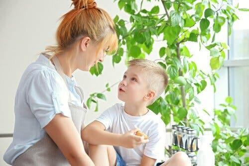 Mor bruger raserianfald som læringsmulighed med sin søn