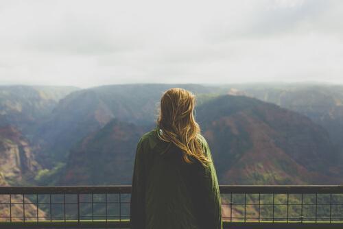 Pige nyder udsigten i bjergene