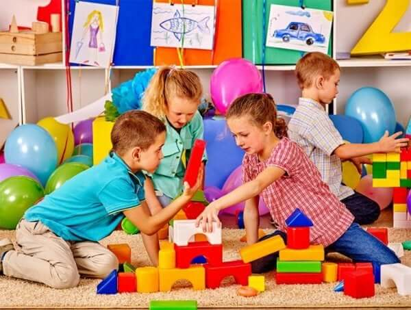 Børn bygger i en gruppe