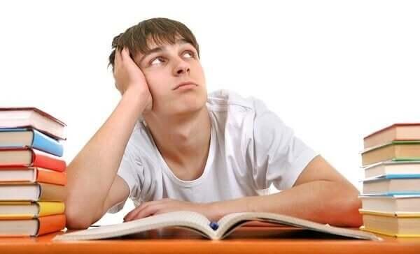 Teenager drømmer sig væk og tænker på neurovidenskab i uddannelse