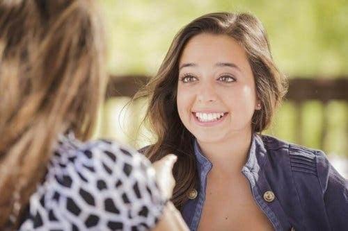 En kvinde med overdreven beskedenhed taler med sin ven