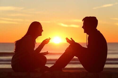 Par, der taler på stranden