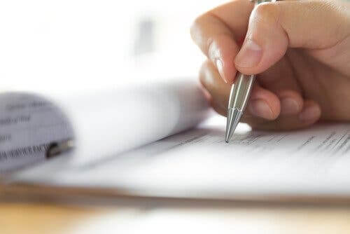Person, der udfylder dokumenter