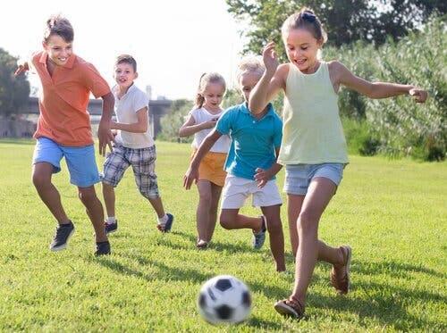 Psykologi i fodbold: Børn spiller fodbold sammen