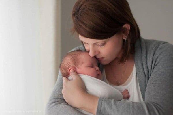 Kvinde med lille baby