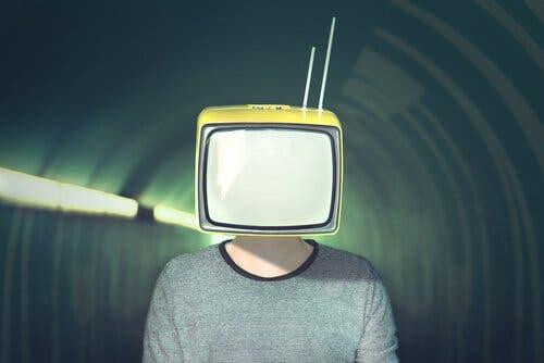 Mand med TV over hovedet