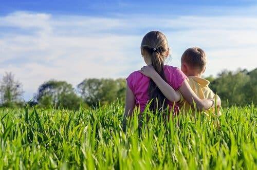 Søskende på græseng