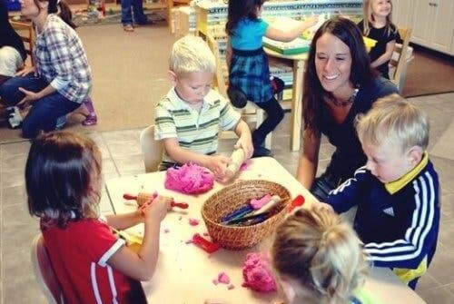 Samarbejde blandt børn og lærer i klasseværelset