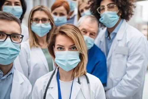 Sundhedspersonale med mundbind på