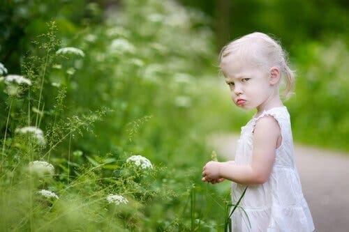 En lille pige er midt i et raserianfald