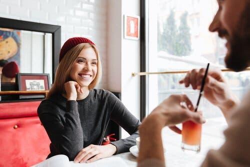 Smilende kvinde besidder overdreven beskedenhed