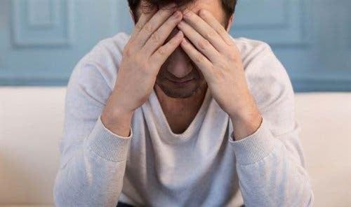 En mand gnider panden i frustration