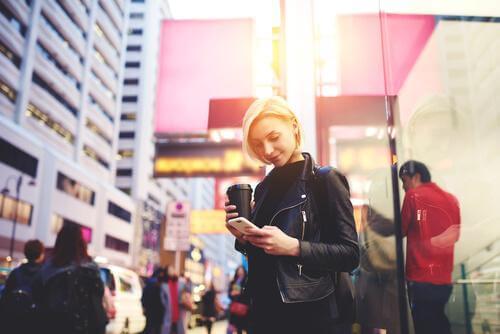 Smartphone zombie: At glo på sin telefon, mens man går