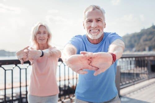 Motion er en af de mange nøgler til sund aldring, hvilket illustreres af ældre par, der træner udenfor
