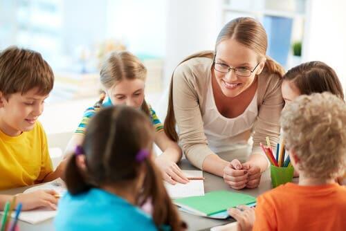 Børn og underviser ved et bord