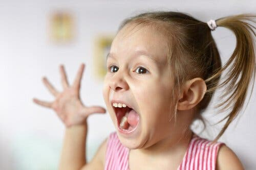 Bipolar lidelse hos børn illustreres af pige, der råber