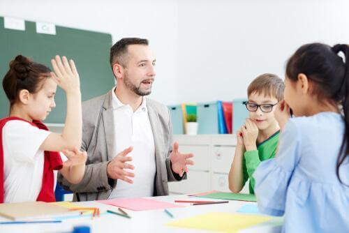 Børn i gang med undervisning