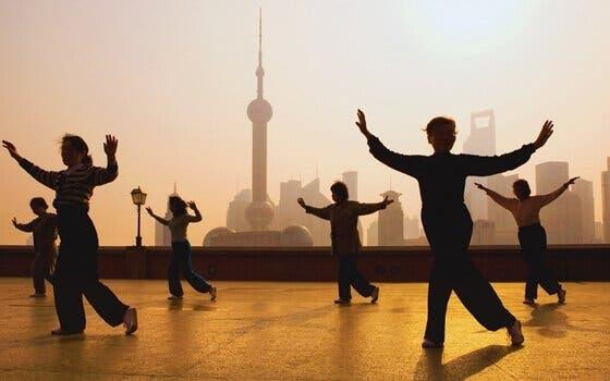 Tai chi dyrkes af personer på tag