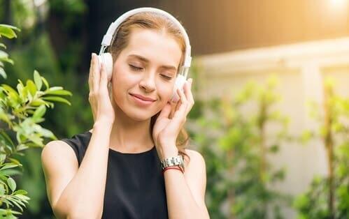 Kvinde lytter til binaurale toner i høretelefoner