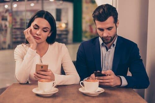 Mobiltelefoner kan skade vores relationer