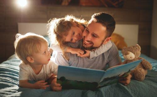 Far, der læser godnathistorie for sine børn