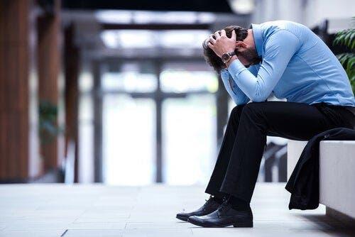 Frustreret mand på gang på arbejde