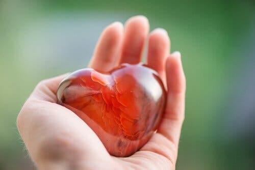 Hjerte af glas i hånd